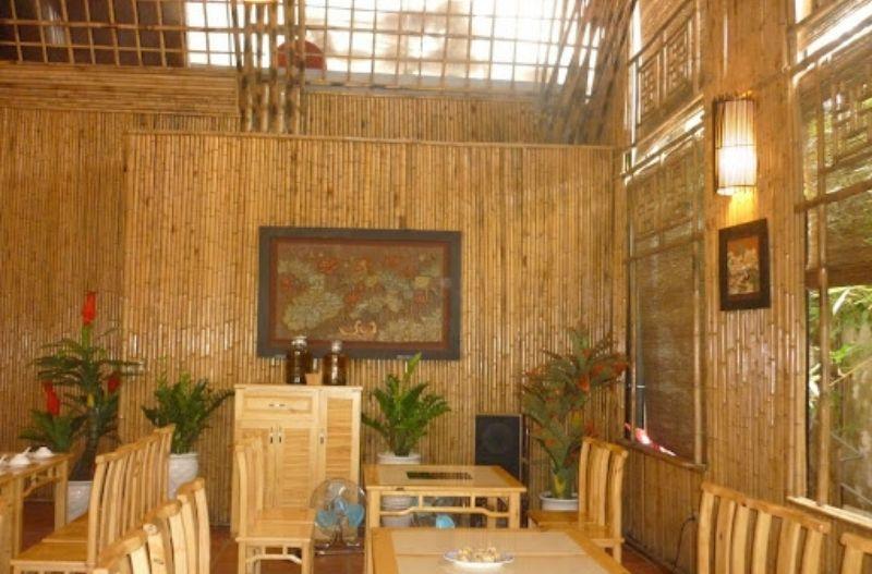Bàn ghế, tường vách và trần đều được làm bằng tre trúc có màu sắc rất đẹp