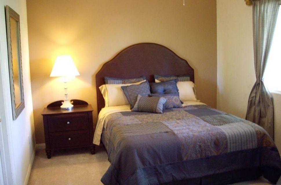 Mẫu 2 - Phòng ngủ có diện tích 12m2 - Chỉ đơn giản với một bức tranh treo tường bên cạnh